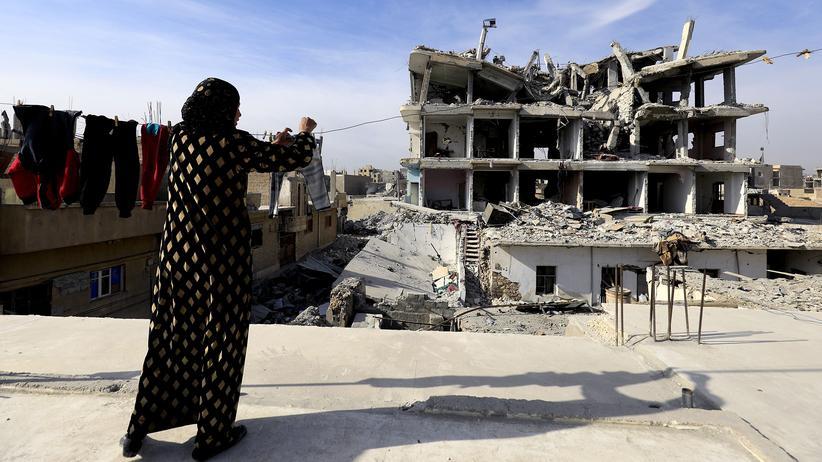 Bürgerkrieg in Syrien: Eine Frau in den Ruinen der syrischen Stadt Rakka
