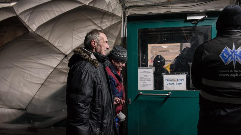 Obdachlosigkeit: Um kurz vor 9 Uhr warten Kuhne und René vor dem Eingang in der Kälte, um in die HalleLuja zu kommen. Ihr Bett ist zum Glück schon reserviert.