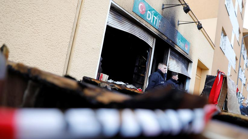 Politische Kriminalität: Polizisten stehen vor der Berliner Moschee, nachdem ein Brandanschlag den Raum zerstört hat.