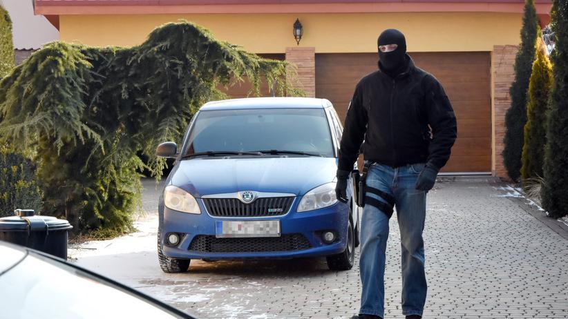 Jan Kuciak: Ein slowakischer Polizist vor dem Haus eins Verdächtigen im Zuge der Fahndung nach dem Mörder von  Jan Kuciak und dessen Freundin.