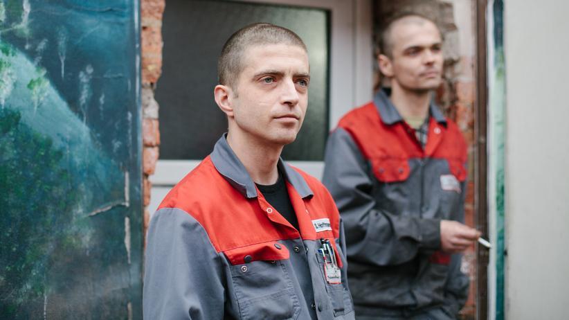 Oberbürgermeisterwahl Frankfurt (Oder): Sven (36) und Romano (23), Kfz-Mechaniker bei der Zigarettenpause. Probleme mit den Polen? Nein. Sven wünscht sich, dass die Schulen und Kitas bald in Schuss kommen.