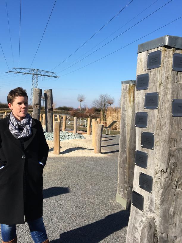 Sterben: Juliane Uhl vor einer neuen Grabanlage auf dem Friedhof, der zum Krematorium gehört. Dort können Urnen in nachgebildeten Dünen bestattet werden, es gibt ein Wikingerschiff und einen Steinhügel.