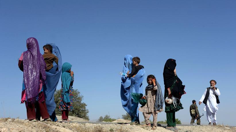 Afghanistan: Afghanische Frauen fliehen mit ihren Kindern aus Haska Mina in der Provinz Nangarhar.