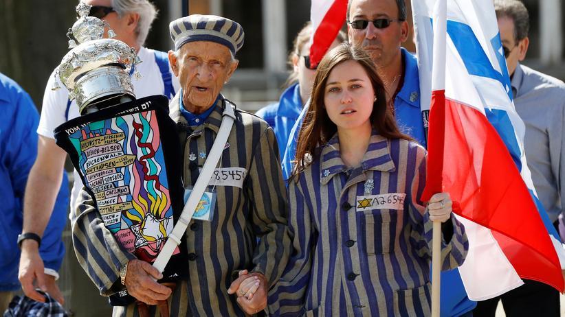 """Polen: Der Holocaust-Überlebende Edward Mosberg beim jährlichen """"Marsch der Lebenden"""" in Auschwitz."""