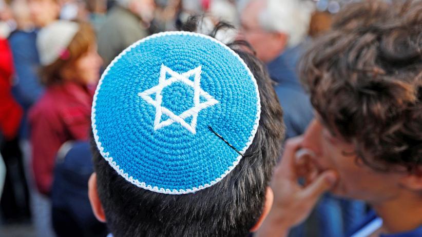 Judenfeindlichkeit: Tausende Menschen tragen Kippa aus Solidarität