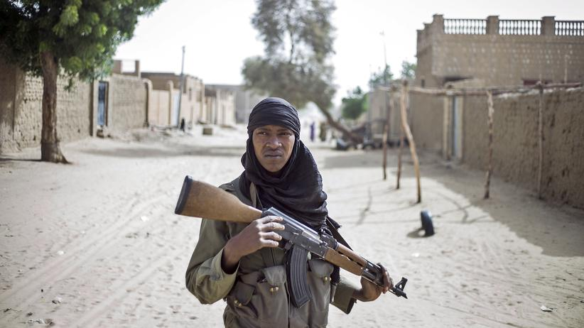 Mali: Ein malischer Soldat in den Straßen von Timbuktu, das fast ein Jahr lang von Islamisten kontrolliert wurde (Archiv).