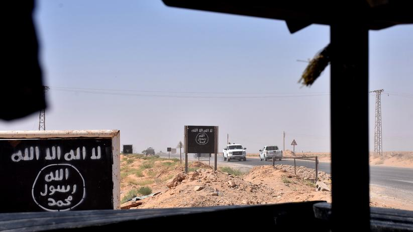 """Syrien: IS-Gebiet in Syrien: """"Mohammad ist der Prophet Allahs"""" ist die zentrale Botschaft der IS-Flagge. Aber nur, wenn man von unten nach oben liest"""