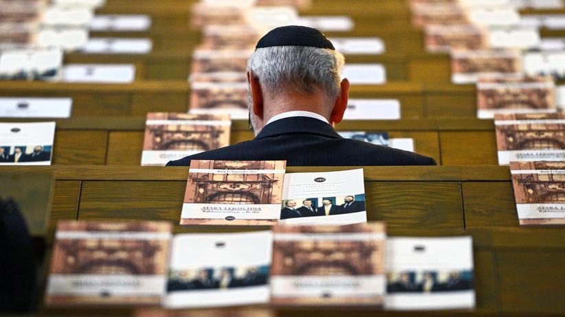 Antisemitismus: Ein Kippa tragender Mann in einer Kölner Synagoge