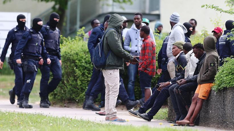 Baden-Württemberg: Flüchtlinge vor der Unterkunft in Ellwangen