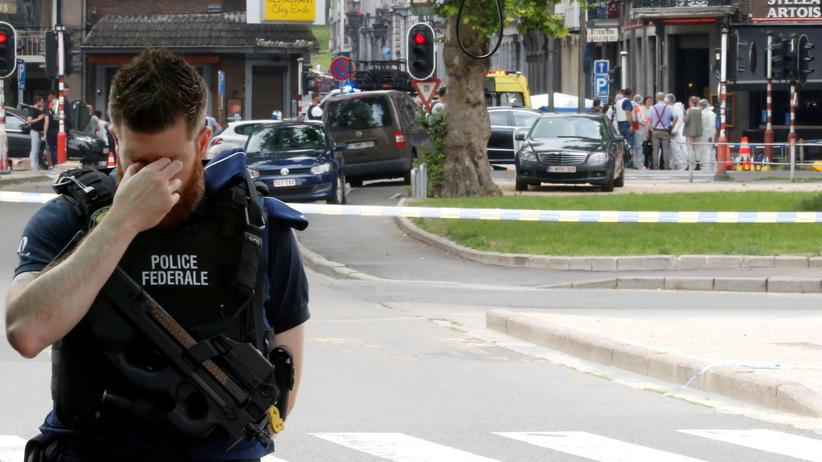 Belgien: Ein Polizist sichert den Tatort im belgischen Lüttich.