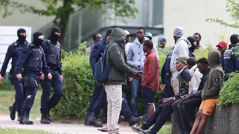 Ellwangen: Bewohner der Flüchtlingsunterkunft in Ellwangen während des Polizei-Großeinsatzes am 3. Mai