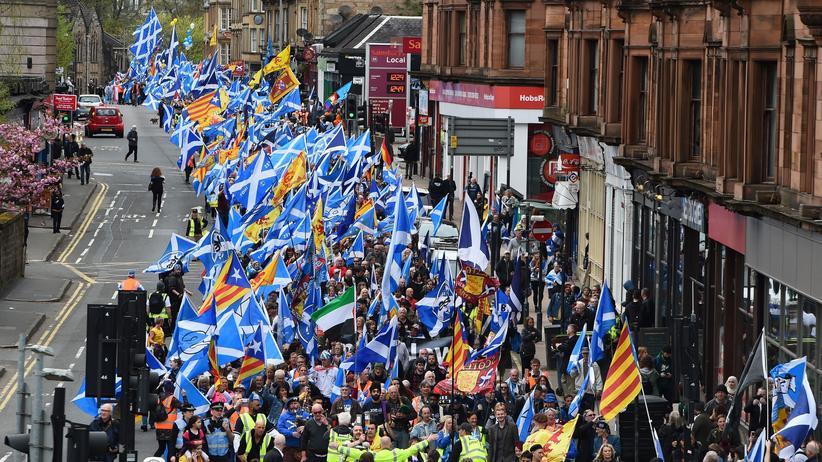 Großbritannien: Die Demonstranten trugen die schottische Nationalflagge sowie Fahnen der spanischen Region Katalonien mit sich.
