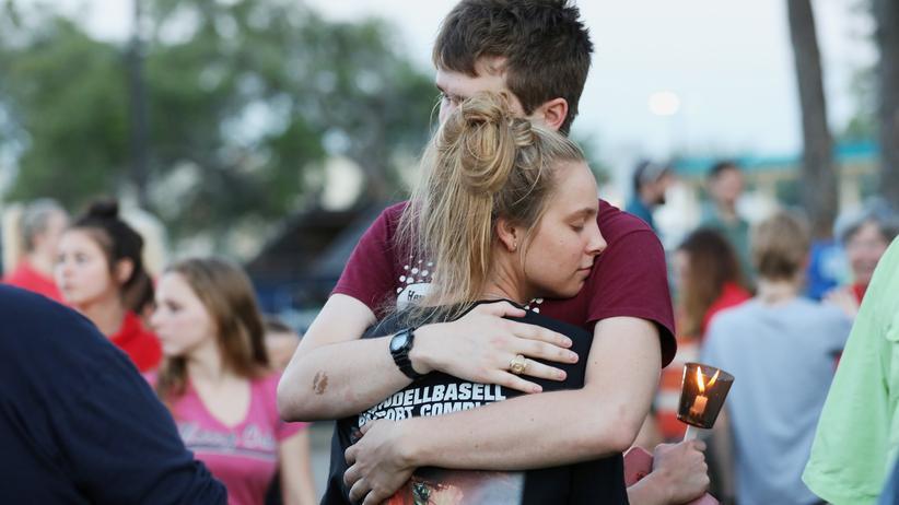 Texas: Schüler umarmen sich während einer Mahnwache für die Opfer des Amoklaufs.