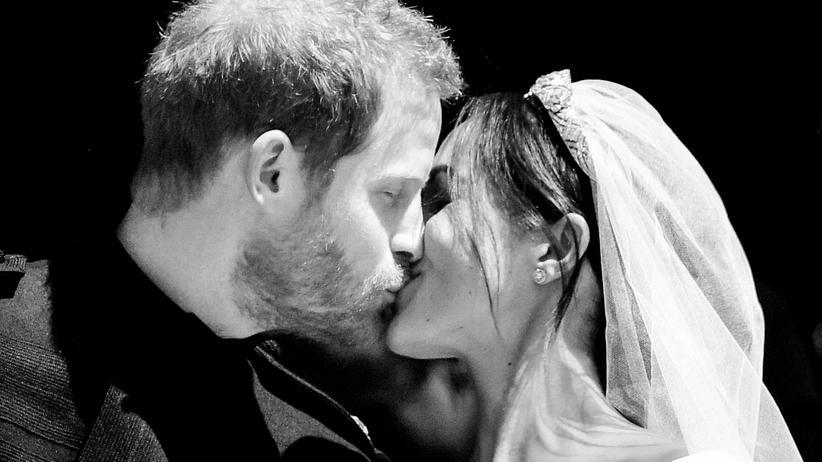 Königliche Hochzeit: Prinz Harry und Meghan Markle küssen sich auf den Stufen der St George's Chapel in Windsor.