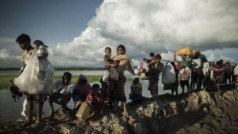 Myanmar: Rohingya-Flüchtlinge überqueren den Fluss Naf, der Myanmar von Bangladesh trennt.