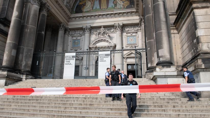 Berlin: Polizisten vor dem abgesperrten Berliner Dom