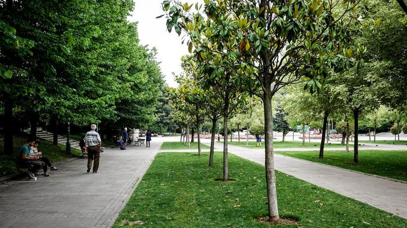 Istanbul: Junge und alte Istanbuler ziehen sich in den Park zurück, um zu plaudern oder zu spazieren.