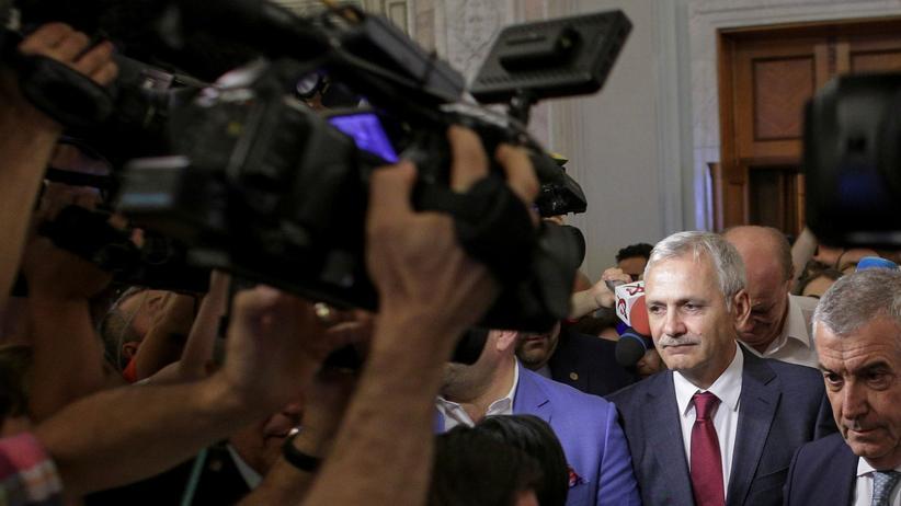 Rumänien: Liviu Dragnea (links) und Senatspräsident Calin Popescu Tariceanu bahnen sich am Mittwoch ihren Weg durch die Medien.
