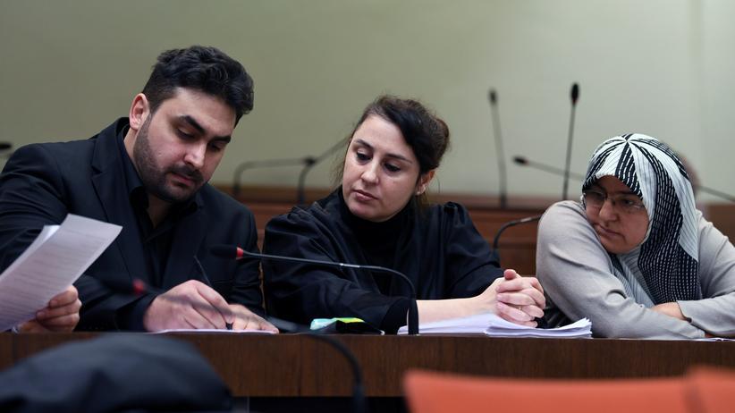 Gerichtsurteil: Die Nebenkläger Abdul Kerim und Adile Şimşek (rechts), Sohn und Witwe des 2000 in Nürnberg erschossenen Enver Şimşek, mit ihrer Anwältin Seda Basay-Yildiz