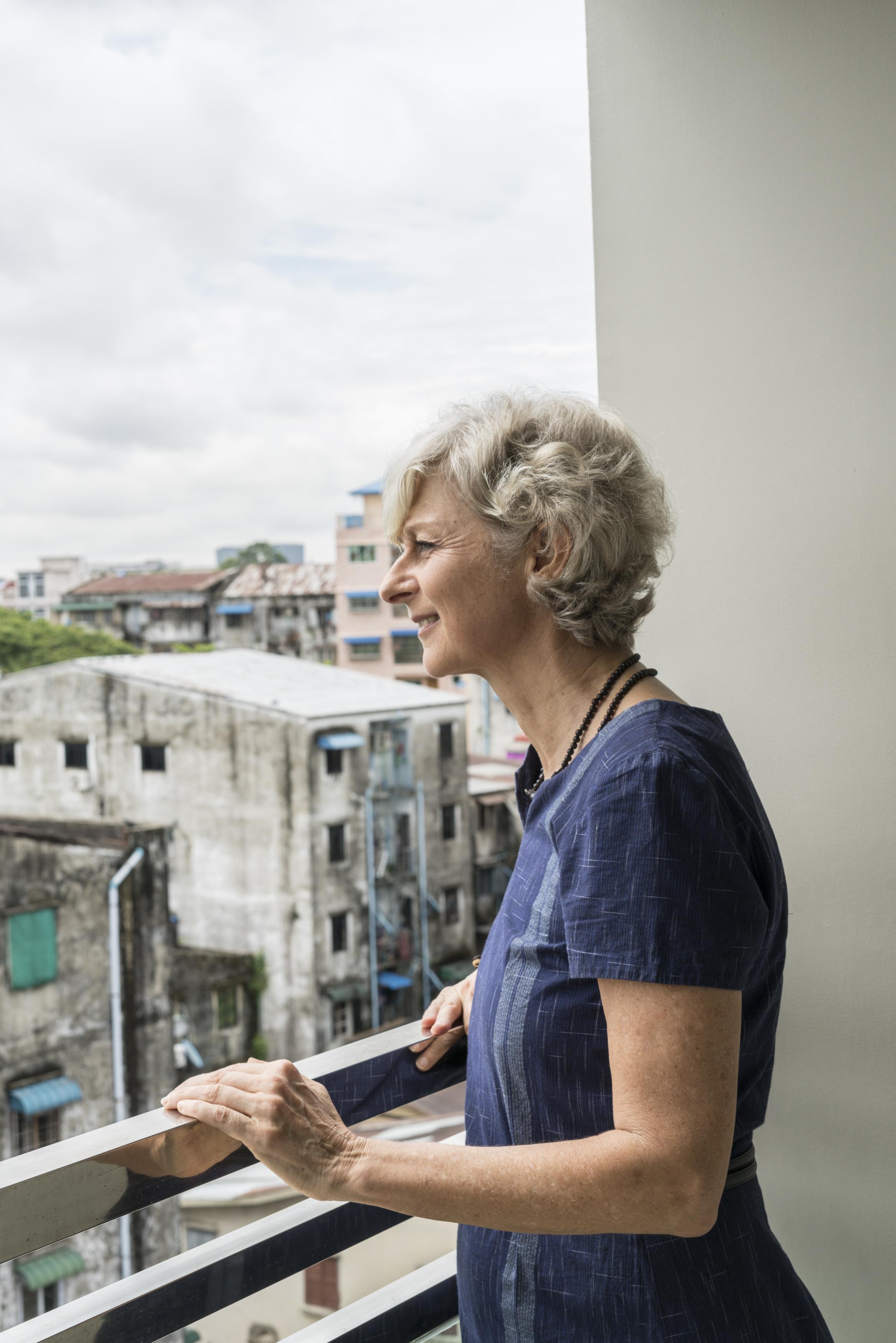 Leben im Ausland: Christiane Schultz auf dem Balkon ihrer Wohnung im 7. Stock