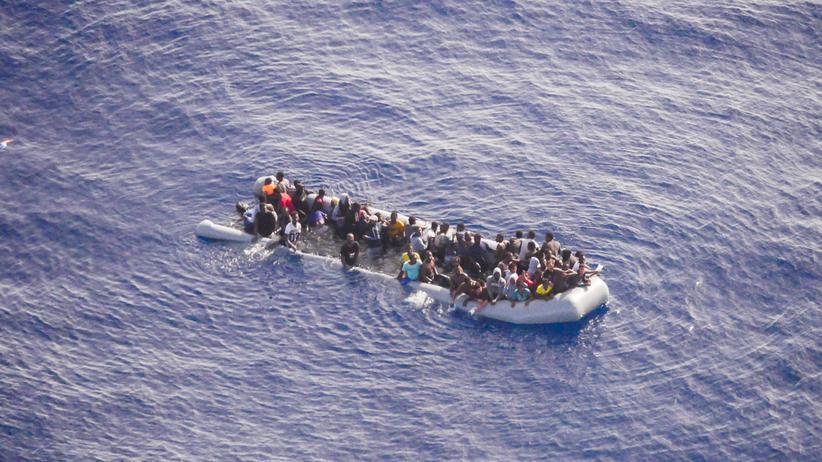 Seenotrettung im Mittelmeer: Ein vollgelaufenes Schlauchboot mit Flüchtlingen im Mittelmeer. Aufgenommen aus dem privaten Auklärungsflugzeug Moonbird.