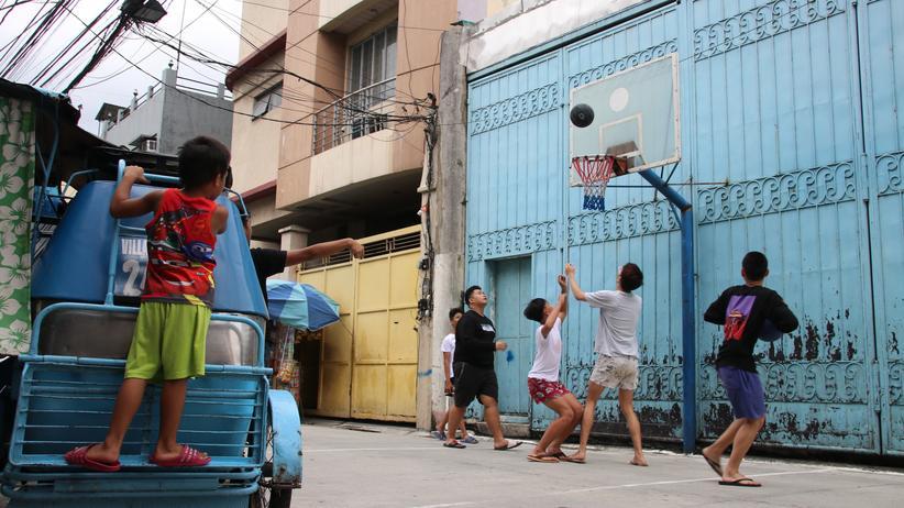 Drogenkrieg auf den Philippinen: Jugendliche im Viertel