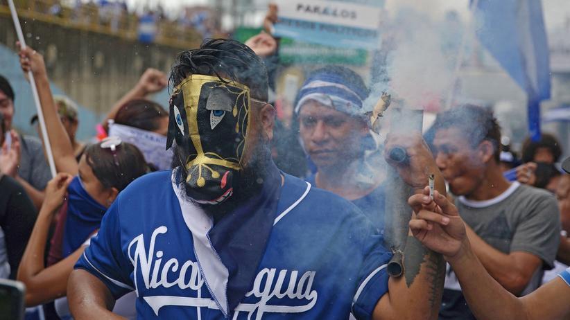 Nicaragua: Ein Demonstrant feuert bei den Unruhen in Nicaragua einen improvisierten Granatwerfer ab.