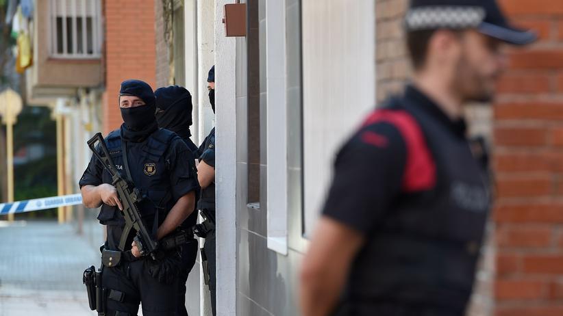 Spanien: Sicherheitskräfte der katalanischen Polizei Mossos d'Esquadra vor der Polizeiwache in Cornellà de Llobregat