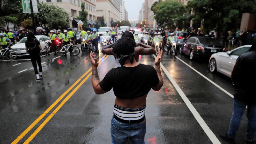 Charlottesville-Jahrestag: Ein Gegendemonstrant unweit von der Versammlung der Rechten
