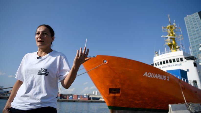 """Seenotrettung: SOS-Méditerranée-Chefin Sophie Beau vor dem Rettungsschiff """"Aquarius"""" im Hafen von Marseille"""
