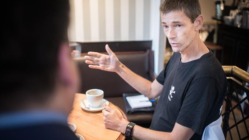 """""""Deutschland spricht"""": Jens Allerheiligen hat sich extra für das Gespräch ein T-Shirt mit dem Logo von St. Pauli angezogen."""