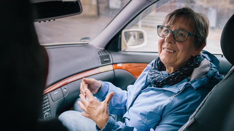 """Aktion """"Deutschland spricht"""": Barbara Thiel sitzt auf dem Beifahrersitz, Jens Blochwitz fährt."""