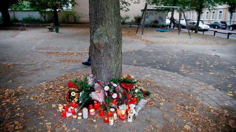Köthen: Kränze zum Gedenken an den 22-Jährigen in Köthen, der nach einem Streit auf diesem Spielplatz starb.