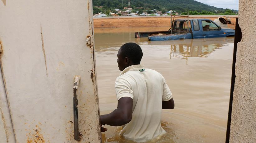 Überschwemmungen: Ein Mann in der nigerianischen Stadt Lokoja im Bundesstaat Kogi blickt nach starken Regenfällen auf die Überschwemmung vor seinem Haus.