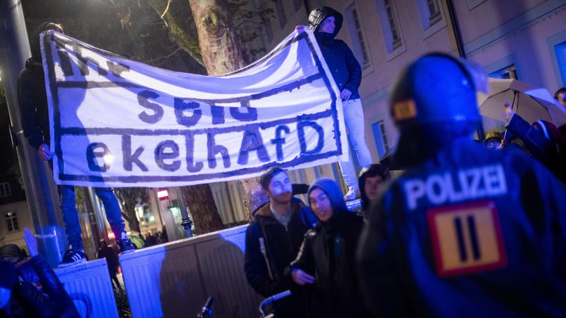 Freiburg: Demonstranten protestieren in Freiburg gegen die AfD-Demonstration.