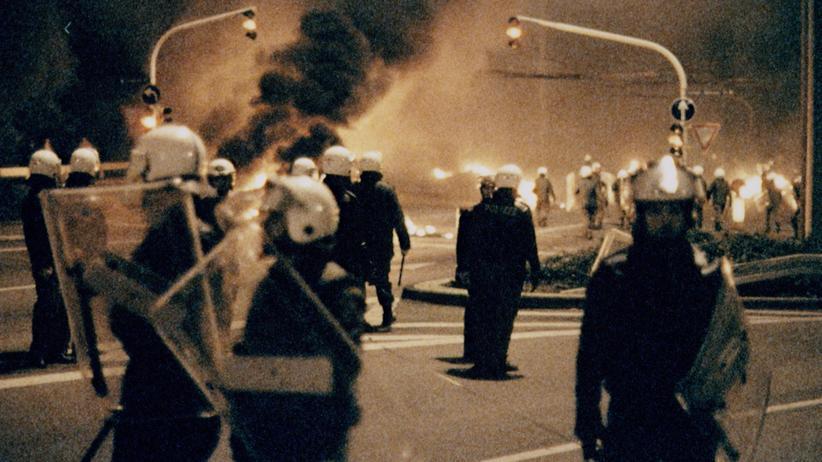 Gewalt gegen Roma: Rassistische Gewalt gab es in den Neunzigern an vielen Orten, wie hier in Solingen, wo 1993 fünf Menschen bei einem Brandanschlag starben.