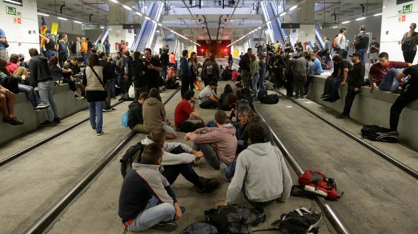 Katalonien: Separatisten blockieren Straßen und Bahnstrecke