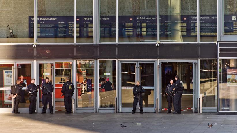Köln: Während der Geiselnahme sperren Polizisten den Kölner Hauptbahnhof ab.