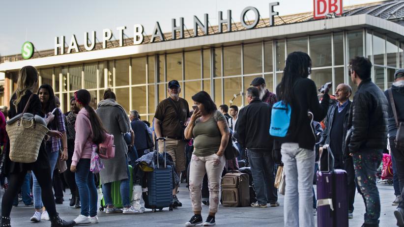 Kölner Hauptbahnhof: Reisende warten während des Polizeieinsatzes am Kölner Hauptbahnhof.