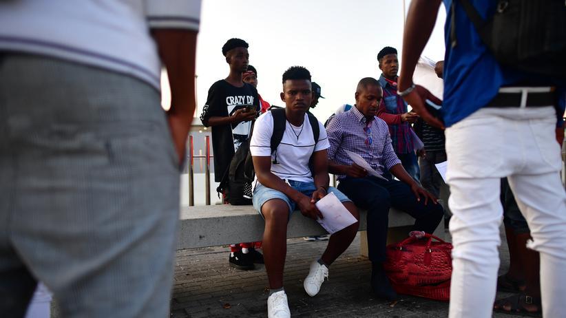 Migration: In Algeciras warten afrikanische Migranten auf ihre Weirerreise in andere spanische Städte.