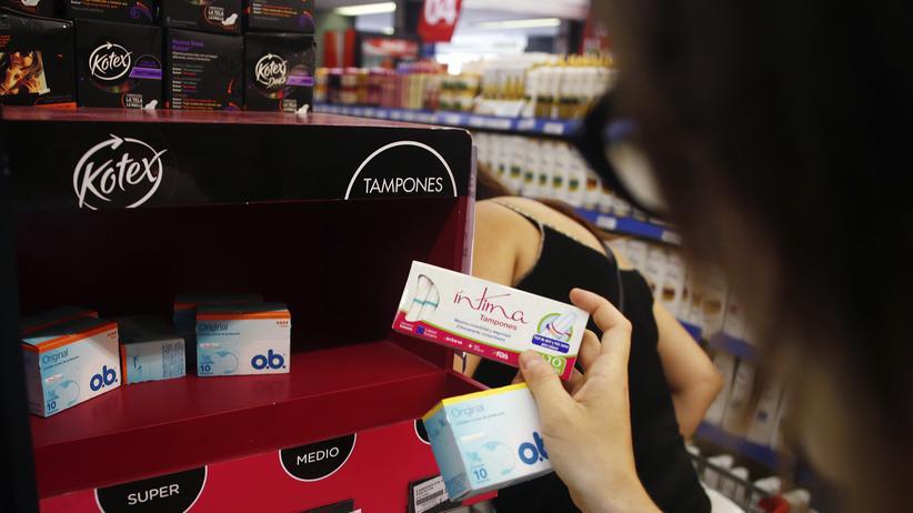 Menstruationsartikel: Tampons im Supermarktregal