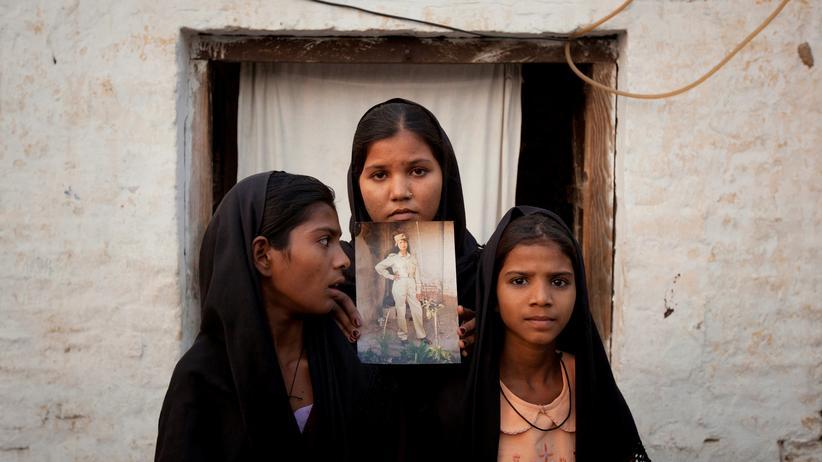 Asia Bibi: Asia Bibis Töchter mit einem Bild ihrer Mutter im November 2010