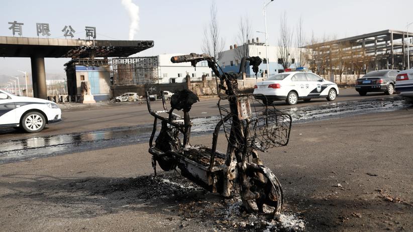 China: Ein ausgebrannter Motorroller in der Nähe der Chemiefabrik in Zhangjiakou