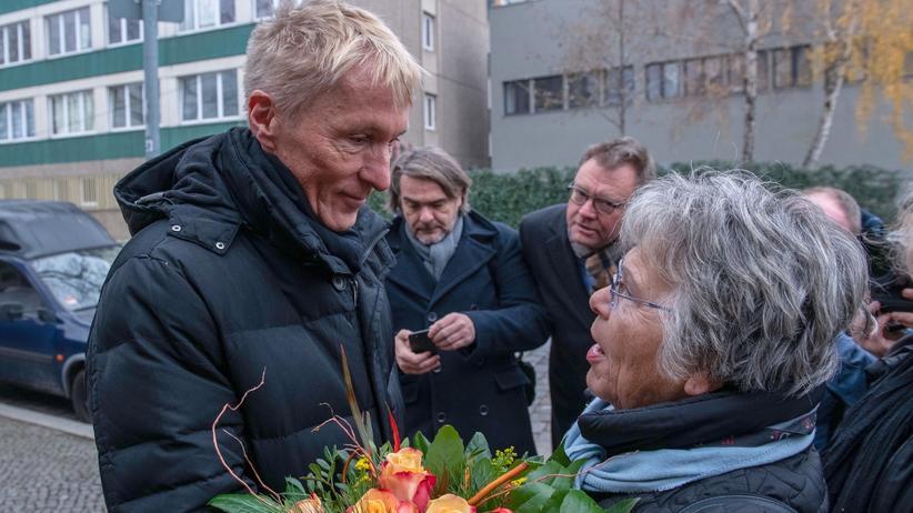 Stasiopfer-Gedenkstätte: Begrüßung. Als Hubertus Knabe am Montag in der Gedenkstätte Hohenschönhausen erschien, wurde er von Stasi-Opfern mit Blumen empfangen.