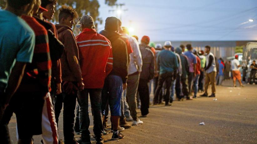 Mexiko: Migranten warten an einer Essensausgabe in Tijuana, Mexiko
