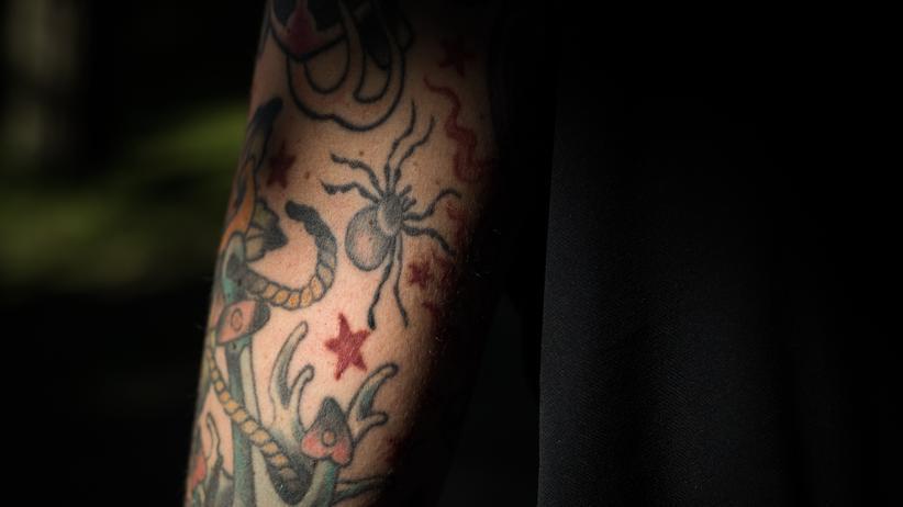 Chronische Schmerzen: Tattoos auf Neles Oberarm