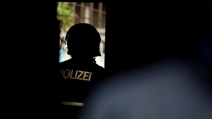 Berliner Polizist: Ein Berliner Polizist in der Rigaer Straße in Friedrichshain