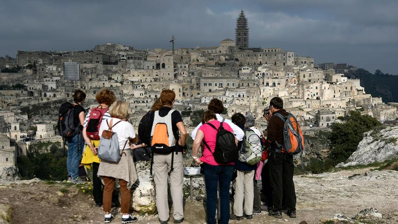 Europäische Auszeichnung: Touristen werfen einen Blick auf die Altstadt von Matera.
