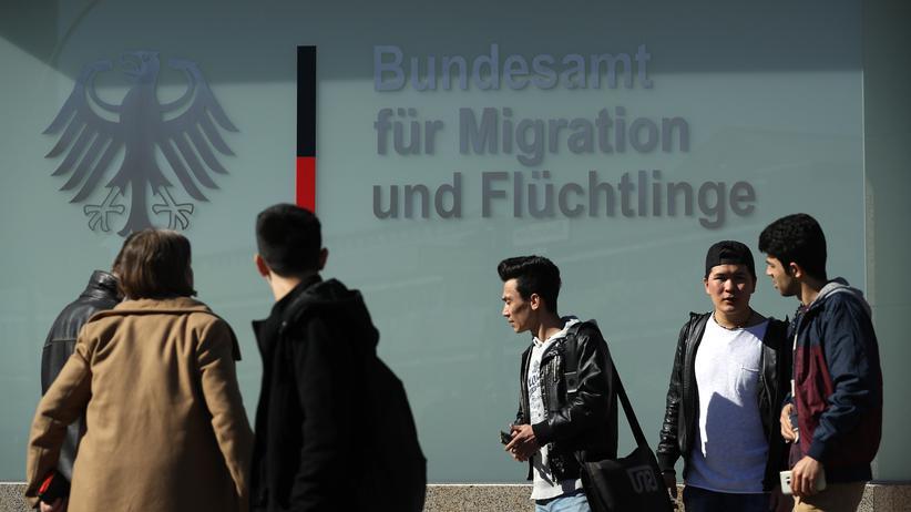 Bundesamt für Migration und Flüchtling: Junge Männer aus Afghanistan vor dem Gebäude des Bundesamtes für Migration und Flüchtlinge in Berlin