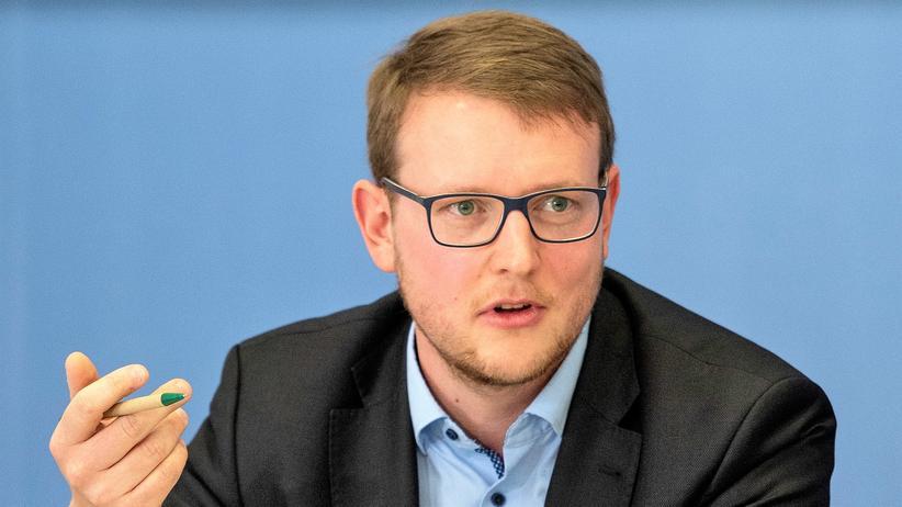 Matthias Quent ist Direktor des Instituts für Demokratie und Zivilgesellschaft der Amadeu Antonio Stiftung. Er forscht zu Rassismus, Radikalisierung und Rechtsextremismus.